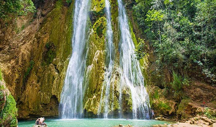 лимонный водопад на острове Самана