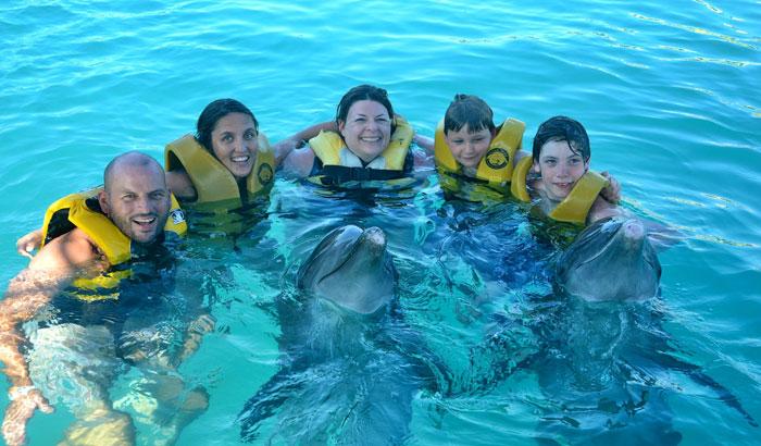 Поплавать с дельфинами можно в Ocean World Adverture Park